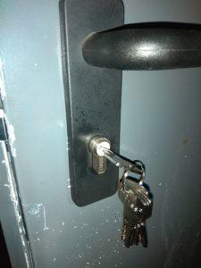 substitución cerradura y bombin puerta de trastero (2)