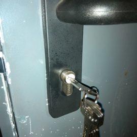Substitución cerradura y bombin puerta de trastero